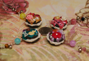 Here are Oreo Cookies with decoden :)) These pieces are so fun, it's really hard to accept parting with them, but I would really like someone else to be able to enjoy them even more.