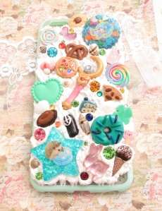 What's special about this case is that I used a lot of little pieces that I had made when I was first starting out kawaii crafting. The moonstick, pretzel, cake slice, donut, and lollipops are all some very first attempts and   I thought she might appreciate getting a little slice of history on her case.  Hope ya like it, chica!